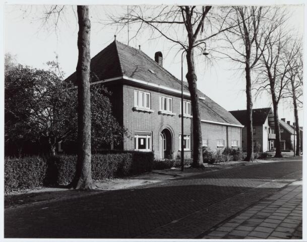 062937 - Landbouw. Boerderij van de fam van Helvoirt aan de Raadhuisstraat 25; Dre van Helvoirt verhuisde naar de St. Willibrordusstraat en verkocht de boerderij aan de fam Krijnen (Raadhuisstraat 25) en Latijnhouwers (Raadhuisstraat 29)