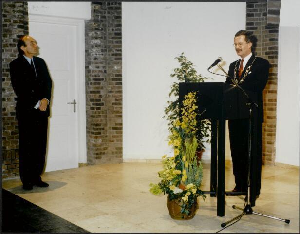 """91251 -          Made en Drimmelen. Officiële opening van het Sociaal Cultureel Centrum """"De Mayboom"""" in Made. Op de foto (rechts) burgemeester Jan Elzinga (1990-2004) en (links) de heer Frank J.M. Houben (19.2.1939) die commissaris van de koningin in Noord-Brabant was van 22.4.1987 - 27.9.2003."""