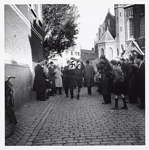 012169 - WO2 ; WOII ; Tweede Wereldoorlog. Bevrijding. Leden van de ondergrondse brengen een zogenaamde 'moffenmeid' op.  Behalve talloze beledigingen vanuit het publiek werd ze ook gedwongen om een nazi-vlag te dragen