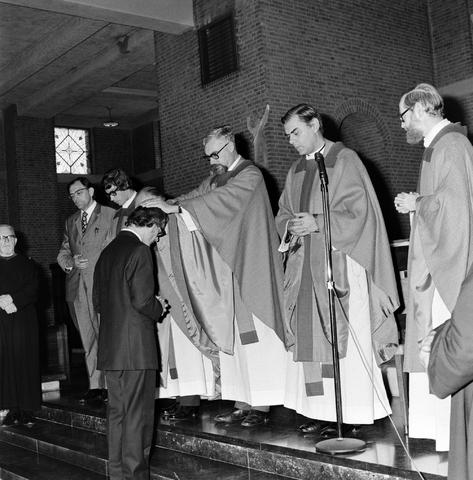 1237_006_246-1_008 - Kerk. Religie. Heilige mis.   De moderne wijding van Pater J. Wijnen door bisschop Bluyssen in juni 1973.