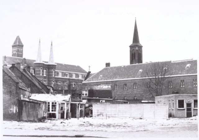016761 - Gesloopte panden aan de Buitenstraat.  Links op de achtergrond het St.-Josephgasthuis en rechts de torenspits van het Clarissenklooster, beide gelegen aan de Lange Nieuwstraat