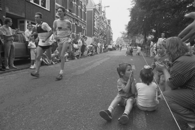 TLB023002545_005 - Een hardloopwedstrijd bij het Wilhelminapark te Tilburg