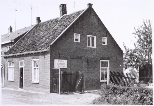 022255 - Pand Hoefstraat 78, met daarnaast de ingang tot sloopbedrijf B. Fonken. Foto halverwege mei 1963