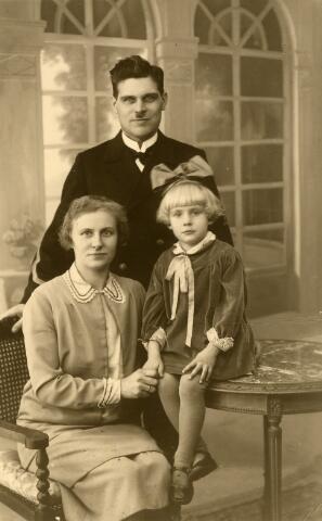 091952 - Abraham van Meenen, geboren te Tilburg op 22 maart 1893, trouwde te Loosduinen op 30 maart 1921 met Johanna Jacoba Kardol. Hij is een zoon van Willem Frederik van Meenen en Neeltje Martina Riede. Op de foto Bram van Meenen met vrouw en dochter.