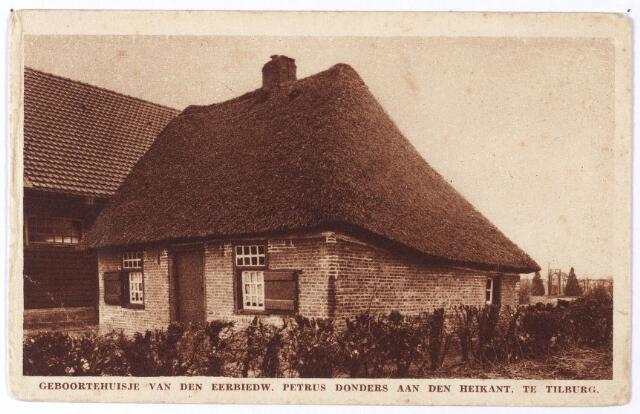 001911 - Pater Dondersstraat. In 1930 ontstond het plan, vooral geuit door pater H. van der Sande, redemptorist, om op de grond waar Peerke Donders geboren was, zijn geboortehuis te reconstrueren. Dit huis was in 1835, kort na het overlijden van de vader van Peerke, afgebroken. De eerste steen van het huisje werd gelegd op 26 oktober 1930. Begin 1931 werd het huisje onder leiding van architect H. Frankefort door de aannemers V. Laro en M. van Tongeren uit Tilburg in de oorspronkelijke stijl opgebouwd. Men ging uit van de beschrijving die in het proces van de zaligverklaring was gegeven door de weduwe Maria  van Diessen-Matijsen. Haar moeder was een zus van de stiefmoeder van Peerke. Zij gaf, 84 jaar oud, op 19 september 1900 een nauwkeurige beschrijving van het huisje voor de kerkelijke rechtbank.