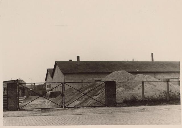 026013 - Grondstoffen liggen opgeslagen op het erf van betonfabriek Van Geel aan de Lovense Kanaaldijk