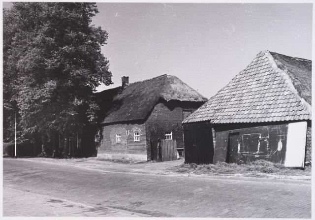 029126 - Prof. Romeinstraat langgevelboerderij  met losstaande schuur straatzijde