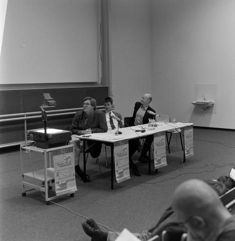 1237_001_006_006 - Hoger Onderwijs. Katholieke Universiteit Brabant (tegenwoordig Tilburg University) tijdens een Studium Generale over sociale onzekerheid AOW.