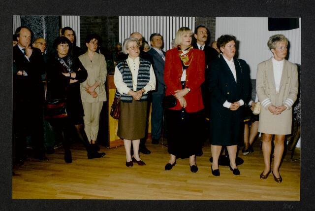 """91246 - Made en Drimmelen. Officiële opening van het Sociaal Cultureel Centrum """"De Mayboom"""" in Made. Een deel van de genodigde die staan te luisteren naar een toespraak. Op de foto (links) de heer Frank J.M. Houben, commissaris van de koningin in Noord-Brabant van 22.4.1987 - 27.9.2003."""
