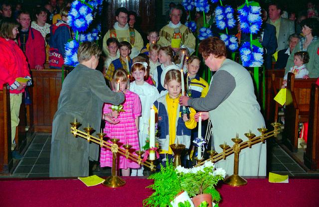 655329 - Eerste Heilige Communie viering in  de Tilburgse Sacramentskerk in de wijk Armhoef op 12 mei 1996.