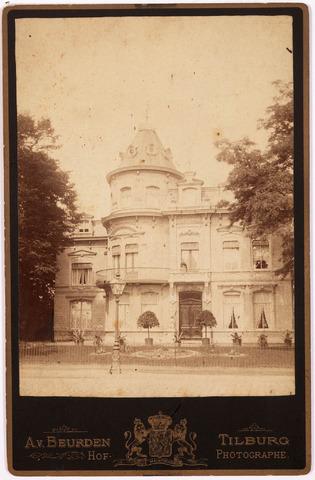 """033266 - De villa van de familie Swagemakers-de Horion de Corby aan de Bosscheweg N877 (later Tivolistraat), gebouwd in 1880, droeg de naam """"Tivoli"""" Vanaf 1924 was in deze villa het hoofdgebouw van de R.K. Leergangen gevestigd. De villa was tevens het woonhuis van rector mgr. prof. dr. Th.J.A.J. Goossens. In 1965 werd het pand afgebroken."""