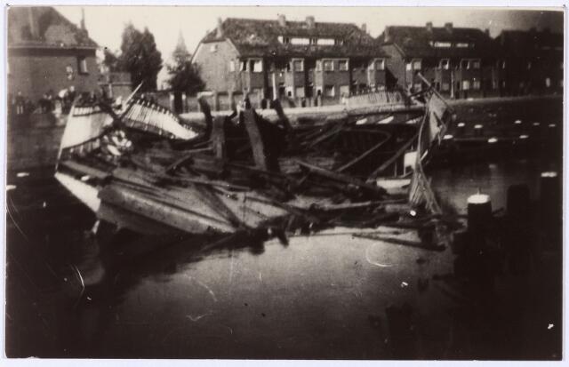 012376 - Tweede Wereldoorlog. Vernielingen. Door de Duitsers vernielde draaibrug bij de Oisterwijksebaan