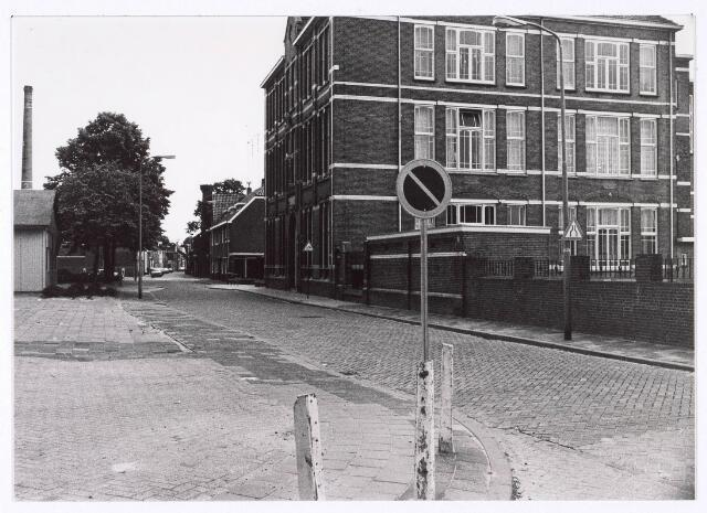 018134 - Lagere school aan de Elzenstraat ter hoogte van de kruising met de St.-Ceciliastraat. De schoorsteen links behoort tot het voormalige complex van wollenstoffenfabriek Aelen