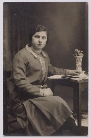 044288 - Miet Kuijpers, rond 1930 dienstbode in Tilburg bij C. van Oirschot.