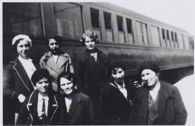 045863 - Bedevaartgangers uit Goirle op weg naar Lourdes. Bovenaan rechts Nel van Gils, geboren te Goirle op 29 oktober 1905, links voor haar, haar nicht Han Adriaansen, geboren te Goirle op 6 januari 1910. Aan deze bedevaart werd ook deelgenomen door Miet van Wezel en twee dochters van Willem van Gorp-Broers. Zij traden later in het klooster.