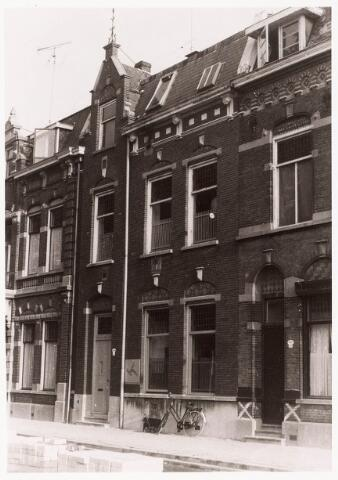 033340 - In het midden het pand Bosscheweg 174, vanaf 1932 Bosscheweg 458, vanaf 1 januari 1969 Tivolistraat 26.Van 1957 tot november 1962 zat in dit pand het Instituut voor Arbeidsvraagstukken van de Economische Hogeschool. Van 1963 tot 1972 zat er instituut Schoevers.