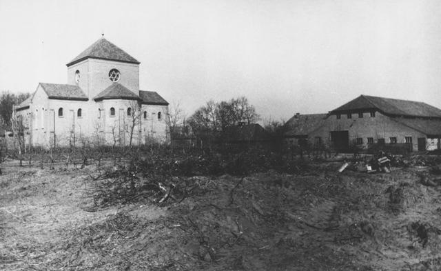 105201 - Oostzijde van de nieuwe kerk van de Sint Paulusabdij, gebouwd tussen 1953 en 1955. Bakstenen gebouw naar ontwerp van architect J.H. Sluijter. Kloosters. Sint Paulusabdij.