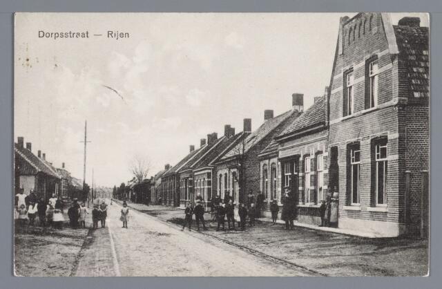 058024 - Rijen, Stationsstraat (Dorpsstraat). Rechts de woning van leerlooier A. van der Maade en zn. gebouwd in 1910. het woonhuis en smederij van C. Smeekens, gebouwd in 1907, het in 1908 gebouwde pand van G. van den Brand met daarachter zijn lederfabriek en het in 1905 gebouwde huis van De Swart. Opname omstreeks 1917.