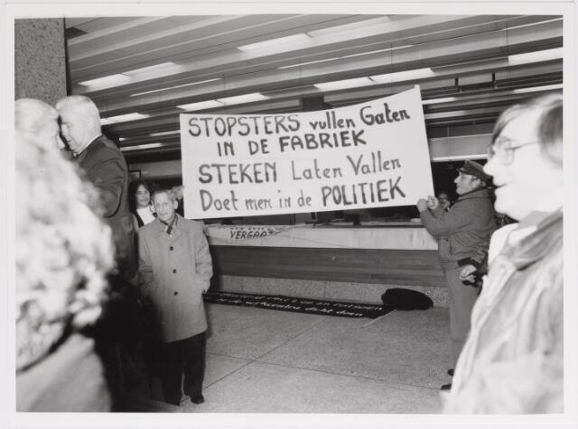 042505 - Betoging tegen de gemeentelijke bezuinigingen van het club- en buurthuiswerk.