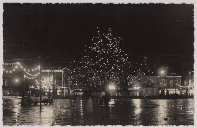 042668 - Opgetuigde Heuvel ter gelegenheid van het huwelijk van prinses Juliana en prins Bernhard vop 7 januari 1937. Het gehele plein, inclusief de lindeboom, is verlicht