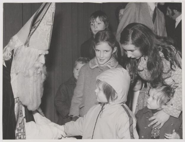 081937 - St Nicolaas in De Schakel in Gilze. Feest voor de kinderen. Sinterklaas. Sint Nicolaas.