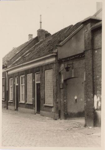 024212 - Slooppanden in de Oranjestraat. Het poortje gaf toegang tot de kapel en het buurthuis.