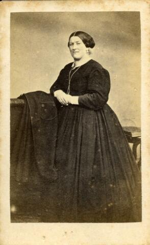 092928 - Josepha Adriana van Loon (Tilburg 1832-1876) echtgenote van de Tilburgse wethouder Arnoldus Antonius Mutsaers.
