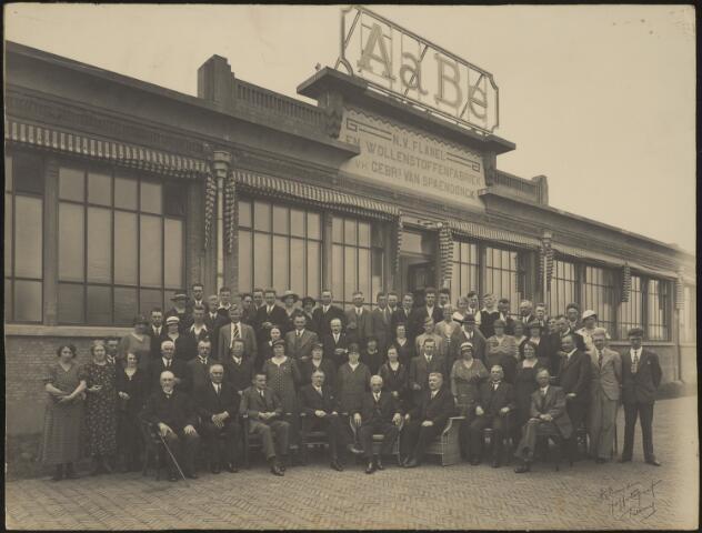604079 - AaBé, NV Flanel- en Wollenstoffenfabriek, voorheen Gebroeders van Spaendonck. De directie, bezoekers en personeel zijn gefotografeerd voor het entreegebouw van de fabriek aan de Fatimastraat (voorheen Hoevenseweg).De herkomst van de foto´s is verder onbekend, er zijn slechts enkele directieleden te herkennen op de voorste rij. De directie van de fabriek bestond o.a. uit de familie Van den Bergh.