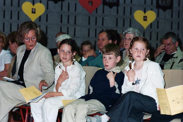 1237_002_265-1_010 - Viering van de eerste Heilige Communie in de O.L.V. van Goede Raad (Broekhovense kerk) op 28 mei 2000.