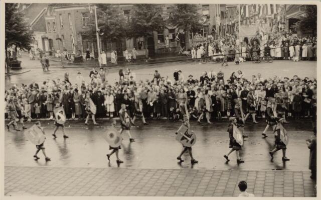 049041 - Festiviteiten te Tilburg b.g.v. het 50-jarig regeringsjubilé van Koningin Wilhelmina op 6 september 1948. Aankomst van koning Willem II bij de 'Vier Winden' aan de Bredaseweg ter hoogte van het oud Belgisch lijntje.  Verslag over deze festiviteiten met optocht staat in het Nieuwsblad van dinsdag 7 september 1948. hier trekt de stoet over het Willemsplein.