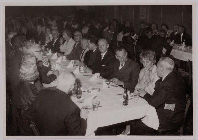 041164 - Vakbeweging. Op 31 augustus 1963 vierde de R.K. Bond Werkmeesters afd. Tilburg het 50-jarig bestaan. 1e een Solemnele H. Mis in de parochiekerk st. Jozef. 2e een feestelijk ontbijt in het parochiehuis aan de Veemarktstraat. 3e herdenkingsbijeenkomst in het Chicago-Theater. 4e Officiële receptie in de zalen van café-restaurant Th. van Broekhoven (Smidspad 42) 5e Feestavonden op 7 t/m 9 september 1963 met uitvoering Operette 'Rumoer in Weinbach' in de Stadsschouwburg met een afsluitend diner.