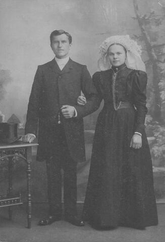 063976 - Huwelijksfoto van klompenmaker Johannes Cornelis van Berkel en Maria Neggers. De bruidegom overleed te Tilburg op 1 februari 1911. Zijn weduwe hertrouwde te Tilburg op 1 mei 1912 met landbouwer Josephus Cornelis Vromans, 42 jaar oud en zoon van Antonius Vromans en Johanna Cornelia van den Hout. Hij overleed te Tilburg op 21 december 1944. Maria Neggers overleed te Tilburg op 8 november 1948.