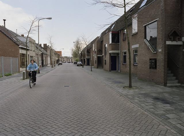 """TLB023000144_004 - Appartementen, woningen en voormalige winkelpanden  in oud stadsdeel.   Foto genomen in kader """"SPB / BouwRai"""" ter promotie van het """"Samenwerkingsverband Praktijkopleiding Bouw"""" en de tweejaarlijkse bouwmaterialenbeurs in de Amsterdamse RAI."""