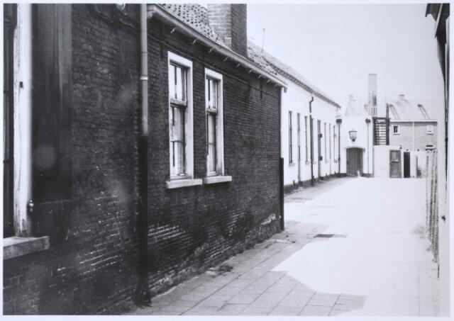 024528 - Achterzijde van het voormalige schooltje op  de westzijde van het Korvelplein