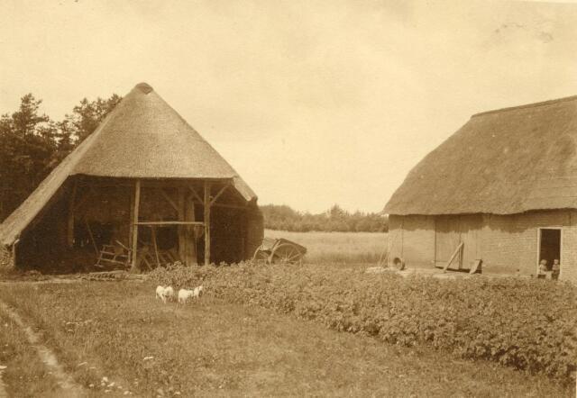 600838 - Karschop en schuur van de Kasteelshoef. In de deuropening Cor en Wim van Loon.  Kasteel Loon op Zand. Families Verheyen, Kolfschoten en Van Stratum