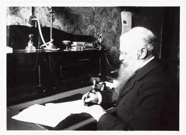 008522 - Politiecommissaris H. Caarls aan zijn bureau, gefotografeerd door Henri Berssenbrugge (1873-1959) begin 1900.