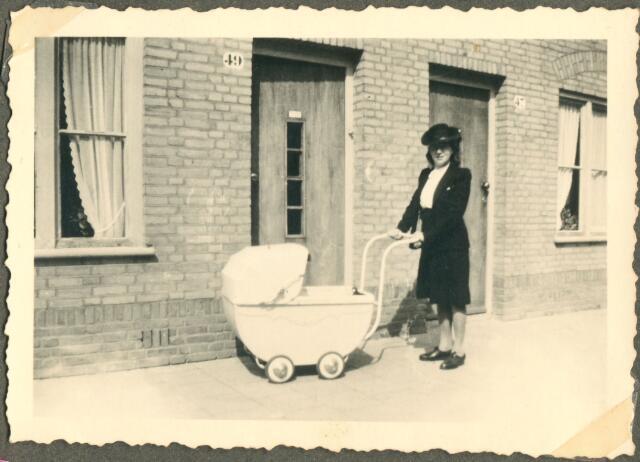 650075 - Verhoeven. Gezin. Jet Verhoeven-Lafèbre (1912-2001) met kinderwagen (met zoontje Sjef Verhoeven, geb. 24.07.1944)