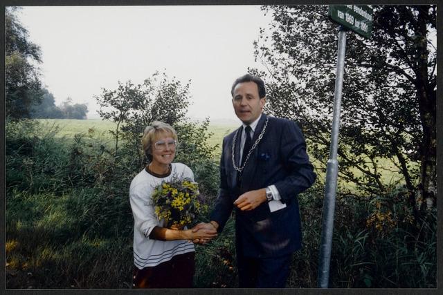 91541 - Album 8. Landelijke Gemeentedag 21 sept. 1991. Burgemeester Van Brummen en mevrouw Klop onthullen een naambordje bij de ingang van de eendenkooi.