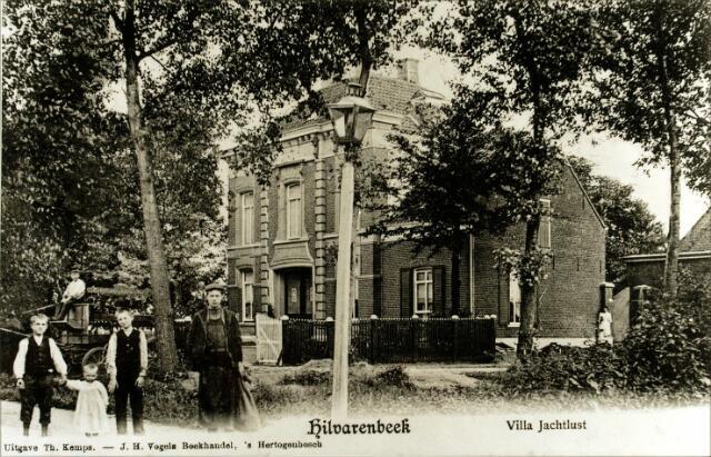 054506 - Villa Jachtlust aan de Paardenstraat werd gebouwd door Hector Majoie, geboren te Tilburg op 20 maart 1834, rentenier, steenfabrikant en candidaat-notaris. Hij was getrouwd met Jeannette de Ruydts. Op 8 december 1892 vertrok hij met zijn vrouw naar Brussel, waar hij op 24 september 1903 overleed. Een jaar later werd Mattheus Petrus Franciscus (Tjeuke) de Lang, sigarenfabrikant, de nieuwe bewoner. Hij werd in Hilvarenbeek geboren op 17 mei 1868 en was getrouwd met de Tilburgse Elisabeth van Geloven. Begin jaren zeventig van de 20e eeuw zocht de gemeente Hilvarenbeek naar een plaats voor de bouw van een nieuw cultureel centrum. Jachtlust werd met dit doel gekocht en in 1976 afgebroken. Het centrum kwam er niet en pas in 1989 werd ter plaatse begonnen met huizenbouw. Alleen de gevelsteen boven de voordeur van de villa met de naam Jachtlust bleef bewaard. Op de ansichtkaart op de kar Frans van Hees. Links vooraan v.l.n.r. Toon van Raak met zijn neefje Kees van Raak, Harrie van Oirschot en Jan Schellekens. Rechts bij de poort Miet Hooijen uit Middelbeers, dienstbode op Jachtlust.