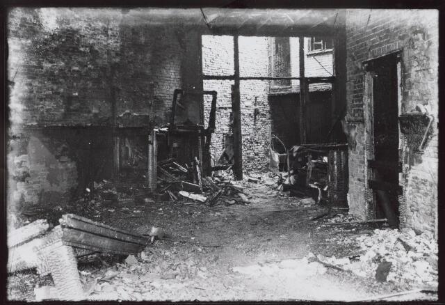 021225 - Interieur van het geheel uitgebrande café De Valk. Mevrouw Roelen, een van de vijf slachtoffers, was tijdens de brand nog op het balkon verschenen, maar dufde niet te springen. Even later kwam zij om in de vlammenzee