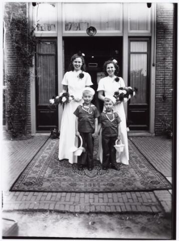 007276 - Alb.F.W.M. Kneepkens (apotheker) en Riet H.C. de Pont. Huwelijksinzegening op 2 mei 1942 te 10.00 in de kerk van het Heilig Hart Noordhoek Tilburg (bruidsmeisjes en jonkers)