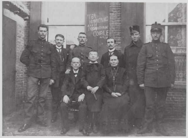 045607 - Ingekwartierde soldaten tijdens de Eerste Wereldoorlog bij de Goirlese familie Van Gils-van Gorp. Zittend Piet van Gils en Kee van Gorp. Tussen hen in Frans van Gils. Op de achterste rij, tussen de militairen, hun zonen Pierre en Jan.