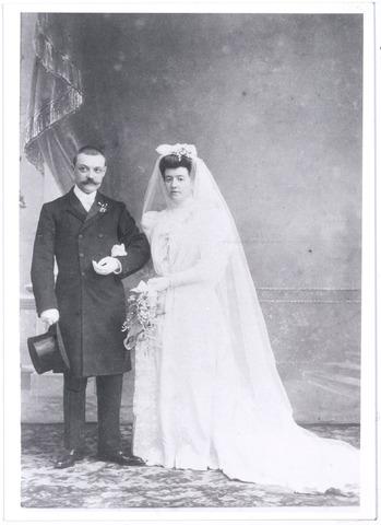 005327 - Huwelijksfoto van Richard van NUNEN en Johanna Maria GEIJSEN in 1906 te Vlissingen. Richardus Antonius Maria van Nunen werd geboren in 1877 in Tilburg en overleed in 1944 te St. Amandsberg bij Gent.