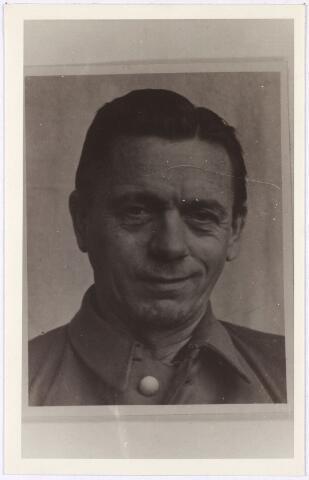013688 - WO2 ; WOII ; Tweede Wereldoorlog. Verzet. Karl Friedrich Paul Schwanz, geboren op 19 juli 1898 in het Brandenburg en woonachtig in 's-Hertogenbosch. Hij was chauffeur en tolk bij de Sicherheitspolizei en betrokken bij de moord op drie geallieerde piloten bij Coba Pulskens in de Diepenstraat. In september 1946 werd hij door een Engels gerecht in Duitsland veroordeeld tot de doodstraf en opgehangen