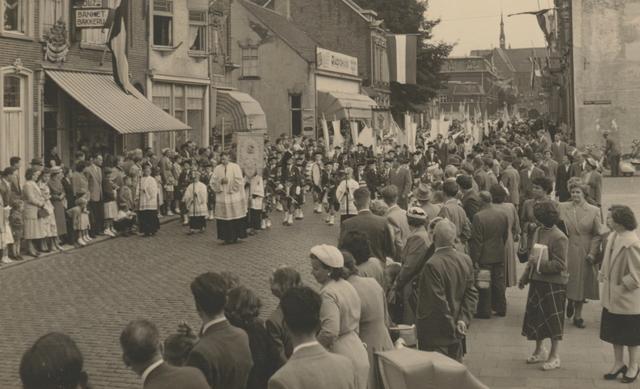 653327 - Parochie Gasthuisring. De processie ter ere van de overbrenging van het Allerheiligste van de oude kerk naar de nieuwe. De Gasthuisstraat (nu: de Gasthuisring) bij de kruising van de Philips Vingboonstraat