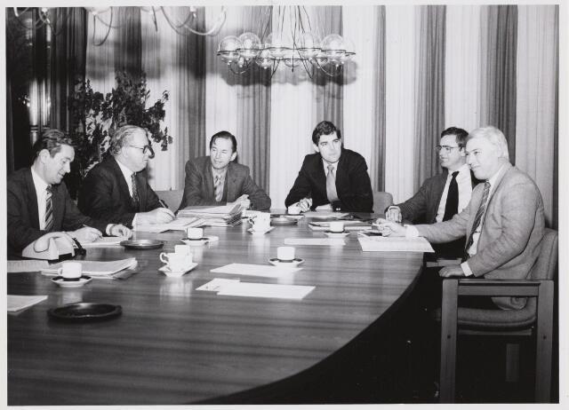 103488 - Gemeentebestuur eerste deel periode 1986-1990 Van links naar rechts: 1 Piet Willemsen (wethouder) 2 A. Mater (burgemeester) 3 Andries van Beek (secretaris) 4 Kees Leyten (wethouder) 5 Piet Schriek (wethouder) 6 Vic Rossierse (wethouder)