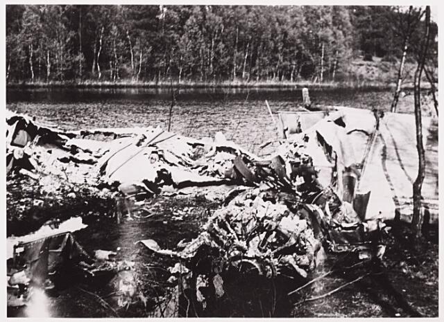 013142 - WO2 ; WOII ; Tweede Wereldoorlog. Invasie. Wrakstukken van een geallieerde bommenwerper, neergekomen in een ven, waarschijnlijk te Oisterwijk