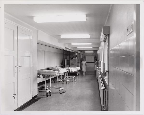 041856 - Elisabethziekenhuis. Gezondheidszorg. Ziekenhuizen. Gangen bij de operatieafdeling in het St. Elisabethziekenhuis. Hier werden de tafels klaargezet met steriel instrumentarium, de z.g. opdekruimte.