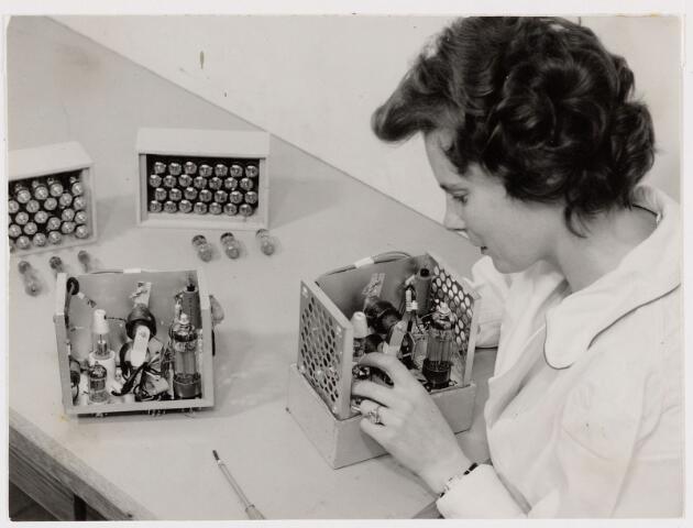 050134 - Volt, Zuid, Produktie, Fabricage, Lijntrafo, LOT. De montage van de z.g.n. hoogspanningsunit (18000 volt) waarin de lijntrafo was gemonteerd. De foto is van omstreeks 1960.