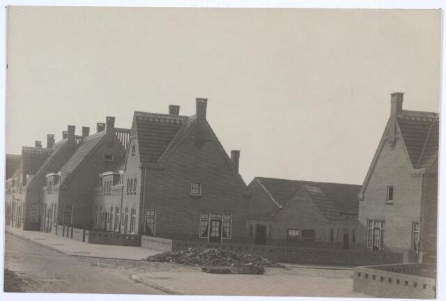 026765 - Middenstandswoningen in de Nazarethstraat en Jan van de Leestraat (rechts)